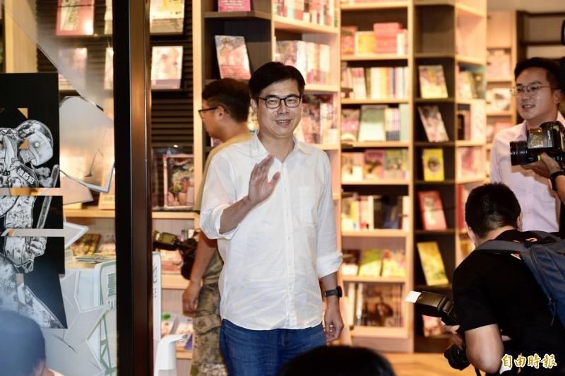 民進黨高雄市長補選參選人陳其邁,今(1)日出席「反抗的畫筆—香港反送中運動週年圖像展」,會前接受媒體訪問。(記者叢昌瑾攝)