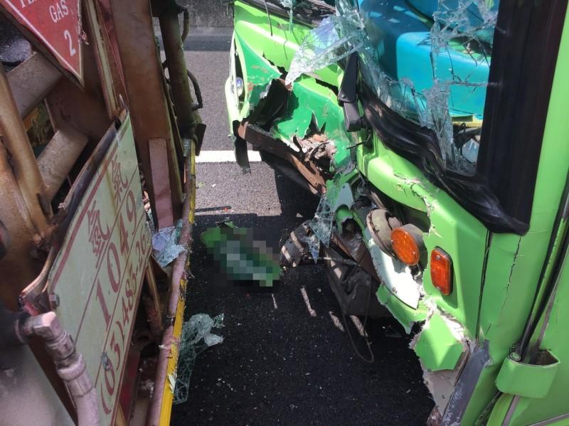 遊覽車在國道上追撞拖板車,造成11傷。(國道警察提供)