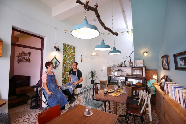 Peggy(左)與廖大錦逢一郎(右)在萬巒的客家伙房裡,用二手素材打造屬於自己風格的青㵘自作所。(記者潘自強攝)