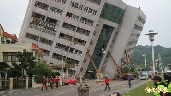 氣象局將0206花蓮強震的規模上修至6.26,該起地震造成雲門翠堤大樓倒塌釀成大樓內14人死亡。(資料照)