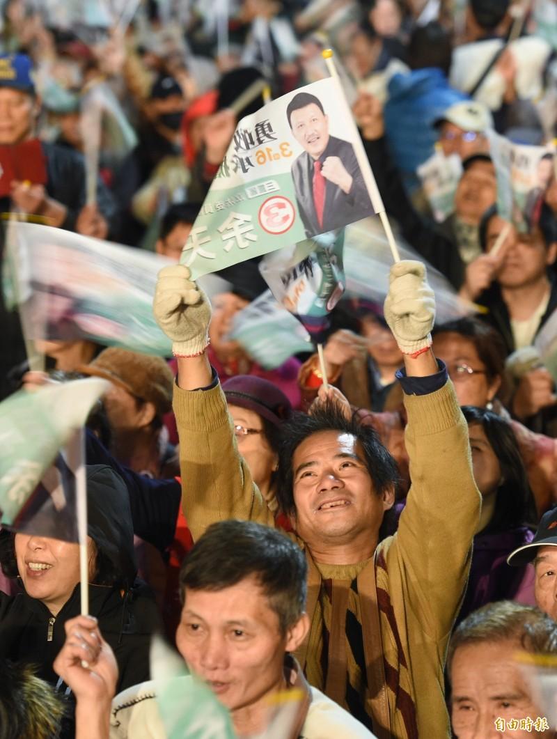 新北市三重區立委補選,民進黨立委候選人余天15日舉行選前之夜造勢,支持者揮舞旗幟表達支持。(記者廖振輝攝)