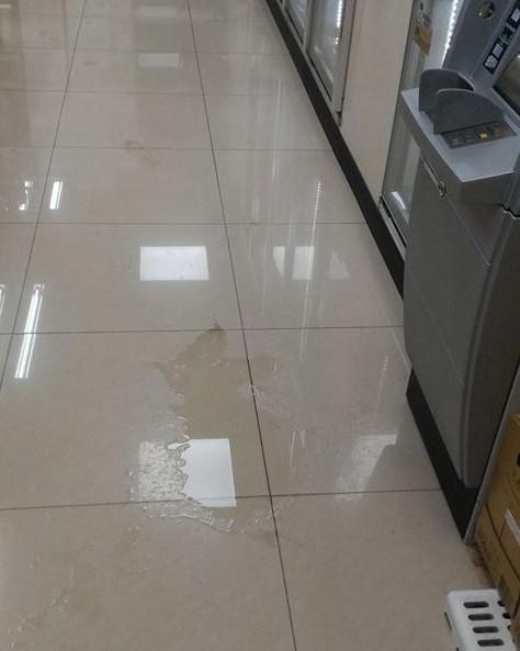 一名男子因沒有廁所,在超商ATM前隨地便溺。(圖擷自「爆怨公社」)