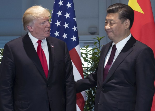 美國總統川普(左)將於週一簽署一份備忘錄,指示美國貿易代表萊席爾決定是否應調查中國的法律、貿易規範與行為傷害美國智慧財產權及科技,圖為川普與習近平在德國G20會面的畫面。(美聯社)