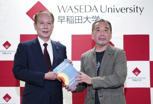 村上春樹(右)向母校早稻田大學捐贈作品的草稿和在世界各國被翻譯的作品等資料。(美聯社)