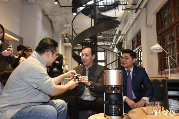 前新北市長朱立倫12日前往參訪TeSA亞太品牌商務加速器,並品嚐了新機器烹煮的咖啡,隨後接受媒體訪問。(記者叢昌瑾攝)