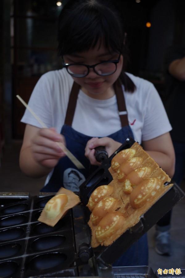 葉姓熟客也推薦店裡販售的雞蛋糕。(記者王善嬿攝)