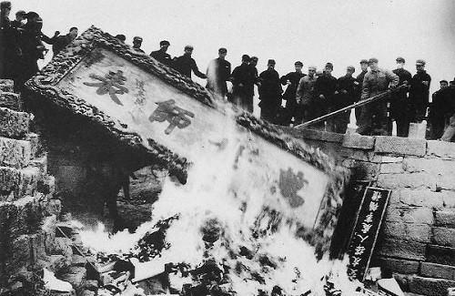 中國在1966年發動文化大革命,據歷史研究,至少200萬人死於非命、上億人流離失所,被視為是中國歷史浩劫之一。(圖擷取自網路)