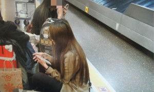 正妹櫃姐(前)運毒闖關被警方查獲。(記者林良昇翻攝)