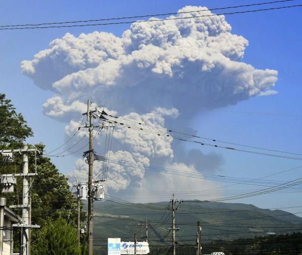 日本新燃岳火山近期活動激烈。(美聯社)