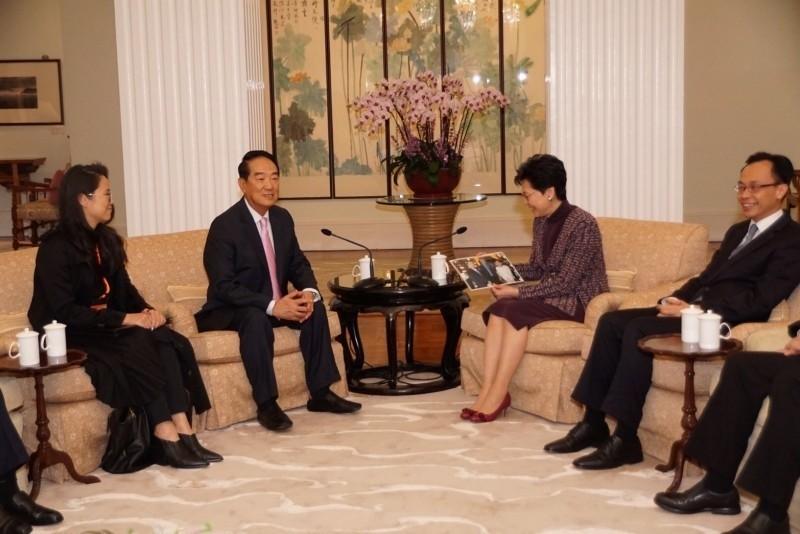 親民黨主席宋楚瑜(左二)近日率團訪問香港,與香港行政長官林鄭月娥會面,之後赴中國會見國台辦主任劉結一。(資料照,親民黨提供)