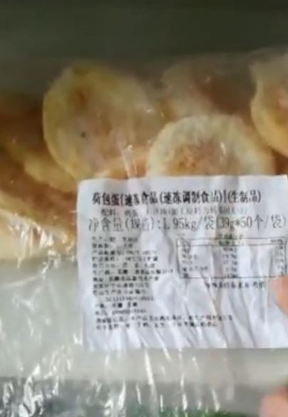 家長在幼稚園的冰箱裡找到「冷凍的荷包蛋」。(圖翻攝自《新京報-我們視頻》)