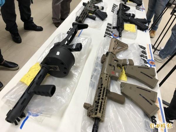 查獲的大批槍械「足可編成一個步兵連」。(記者邱俊福攝)