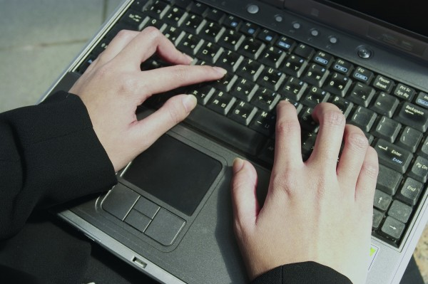 陳姓男子與同居女友小君(化名)分手後,發現小君曾在共用電腦中,儲存她與其他友人的LINE私密對話,便將檔案列印出來,趁她回來收拾東西時,將厚厚一疊資料丟在她面前。(情境照)