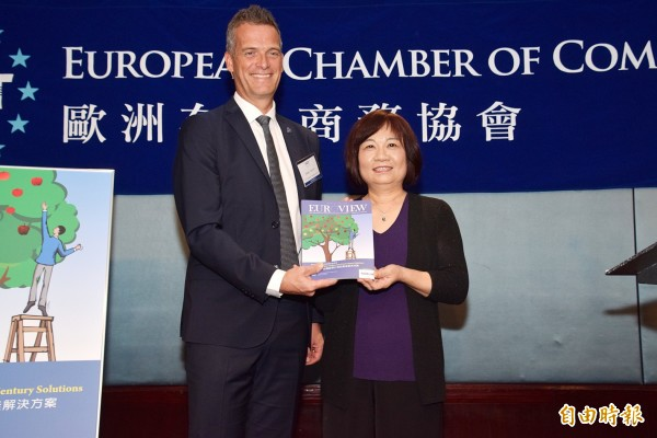 European Chamber of Commerce Taiwan (ECCT) chairman Hakan Cervell, left, in Taipei yesterday presents National Development Council Minister Chen Mei-ling with a copy of the ECCT magazine Euroview containing the chamber's 2019 position papers. Photo courtesy of the National Development Council