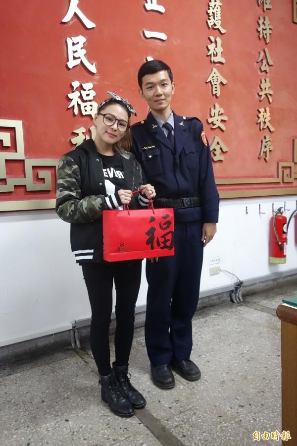 「熊熊」卓毓彤準備糕點禮盒向警方致謝。(記者姜翔攝)