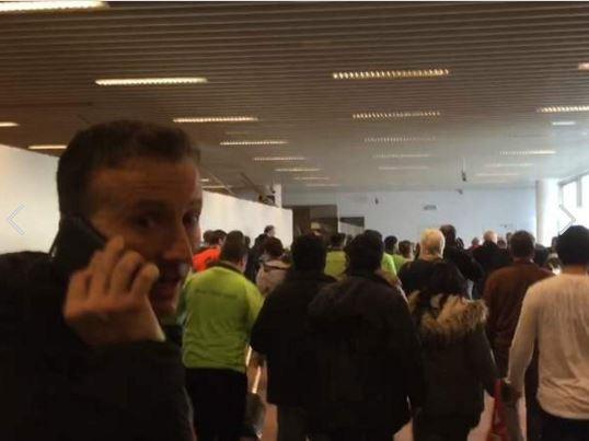 當時人在現場的英國《Sky News》記者羅西表示聽到兩聲非常巨大的爆炸聲,甚至可以感到整棟建築物在「移動」。(圖擷取自Twitter)