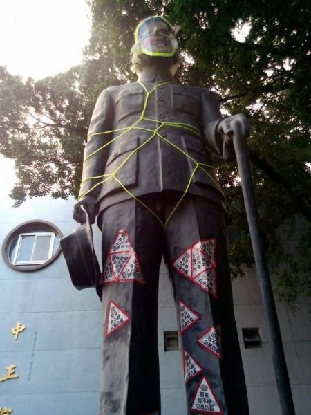 今天早上有人發現台南大學的蔣中正銅像被帶上面具和貼上貼紙,將之拍下並傳到網路論壇。(圖片取自pket67網友八卦版的發文)