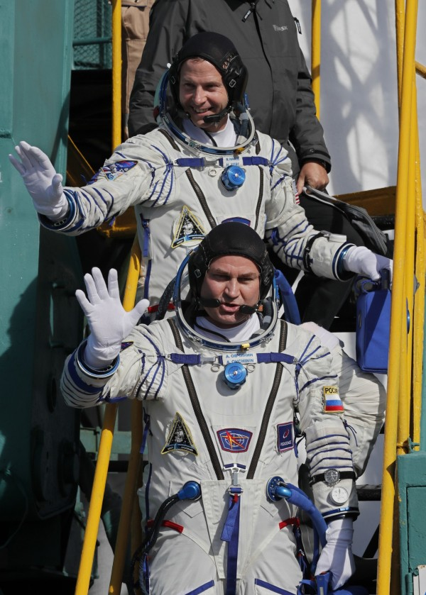 美、俄航太機構證實,美國太空人哈格(上)和俄國太空人歐夫齊尼(下)在迫降後安全無虞。(美聯社)