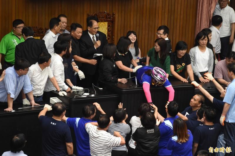 立法院長游錫堃下午4點半左右,在民進黨立委的「保護」下進入議場,宣告會議審查結果。(記者朱沛雄攝)