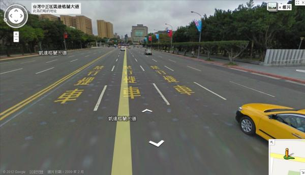 位於總統府前的凱達格蘭大道,單向五個車道就有三個劃上「禁行機車」四字,亦禁止機車不得同汽車一般可以直接左轉,「中華民國機車黨」今天上午齊聚總統府前,抗議交通規劃不合理。(圖擷取自Google Map)