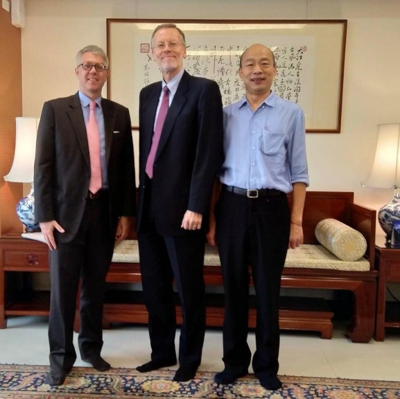 美國在台協會(AIT)處長酈英傑今天訪問高雄,下午拜會高雄市政府,並在臉書公開與高雄市長韓國瑜合照。(取自AIT臉書)