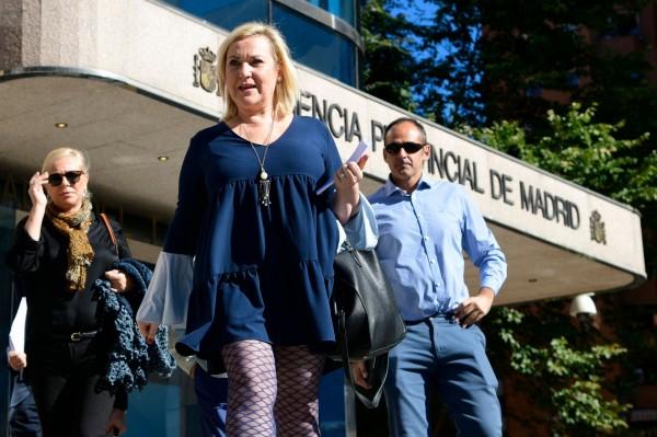 85歲醫生維拉被控參與西班牙獨裁政府的竊嬰行動,現年49歲的馬德里加爾(中)是被害人之一,在1969年出生不久就被帶離親生母親身邊。(法新社)