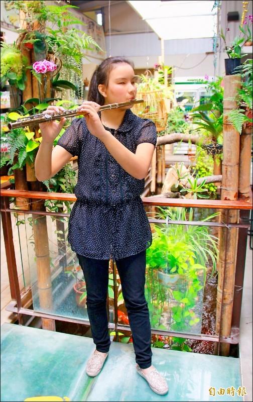 長笛美女蔡明秀表示,希望未來能成為長笛教授,為台灣音樂教育奉獻。(記者陳冠備攝)