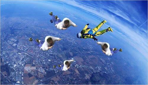 柯文哲「五體投地」的跌倒姿勢,也被P成跳傘極限運動的姿勢。(圖擷自PTT)