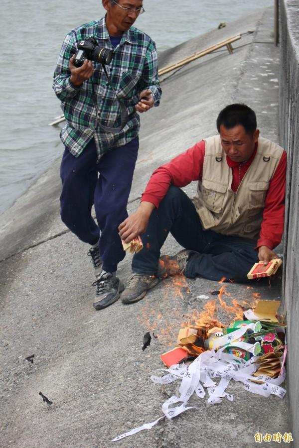 期盼保留的民眾,為鹽業鐵橋辦告別式。(記者林宜樟攝)