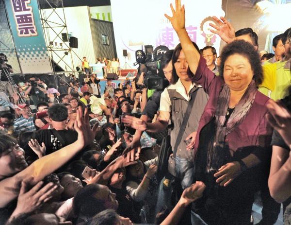 陳菊在去年高雄市長選舉中獲近百萬票再度連任。台灣指標民調公布「政治人物好感度調查」,「花媽」以72.5%的超高好感度,在12名政治人物中奪下冠軍。(資料照,記者黃志源攝)