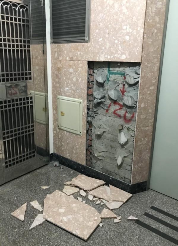 台南昨晚地震不小,東區大樓電梯旁的壁磚崩落,碎裂一地。(資料照)