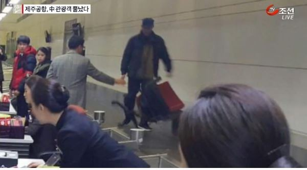 有中國遊客不滿等太久,與航空公司發生爭執,甚至還有人丟椅子洩憤。(圖取自TV chosun)