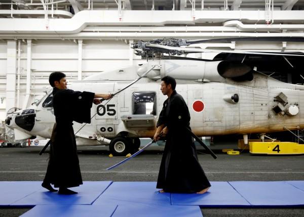 船員在練習劍道。(路透)