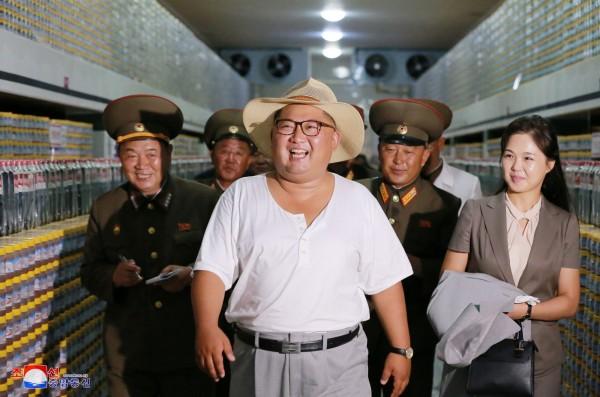 近日金正恩視察的穿著引起熱議,他著汗衫、戴草帽,與其他官員、妻子形成強烈對比。(路透)