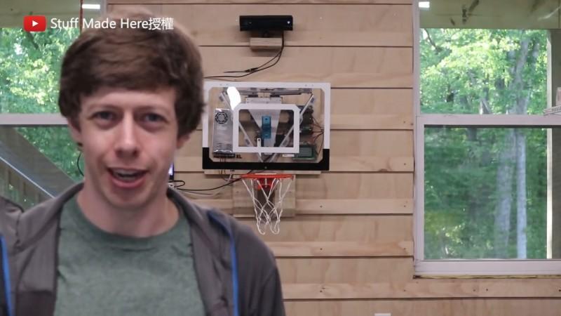 Shane Wighton和他製作的籃框。(YouTube Stuff Made Here 授權)