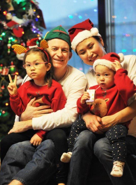 因直播「意外」而爆紅的凱利一家,22日上傳全家福,祝粉絲們耶誕快樂。(圖截取自Robert_E_Kelly Twitter)