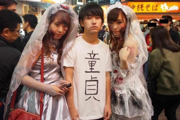 東大2年級生「高野」為了擺脫「處男之身」,直接在白色T恤上寫上「童貞」(日文處男之意)兩個大字,瞬間吸引眾人目光。(圖擷取自travel.spot-app)