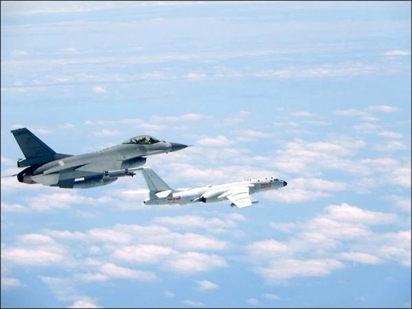 共軍機再繞台,我方派出F-16戰機(左)伴飛監控。(空軍司令部提供)