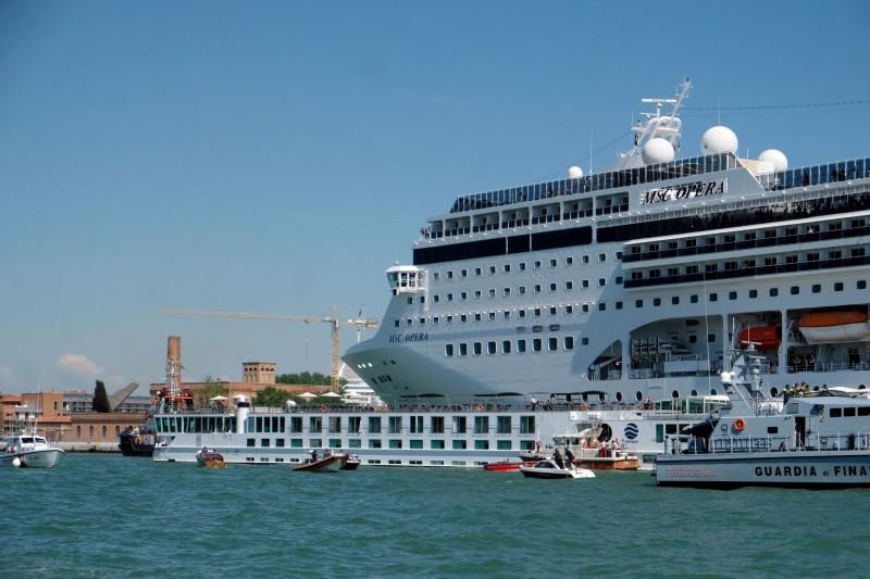 義大利政府宣布,9月起大型郵輪不得再駛入威尼斯市中心水道。圖為今年6月發生郵輪衝撞事故的朱代卡運河的聖巴西利奧碼頭(San Basilio dock)。(路透)