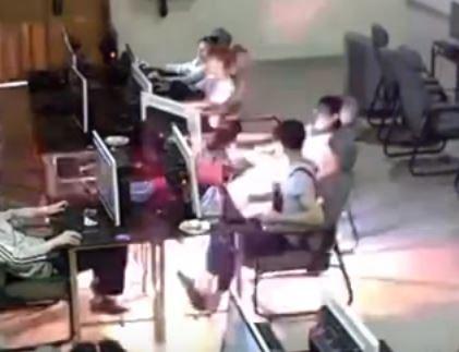 中國廣西近日驚傳男學生在網咖用手機接電腦充電時,充電線遭拉扯後漏電,造成學生當場被電死在座位上的不幸事件。(圖擷自YouTube)