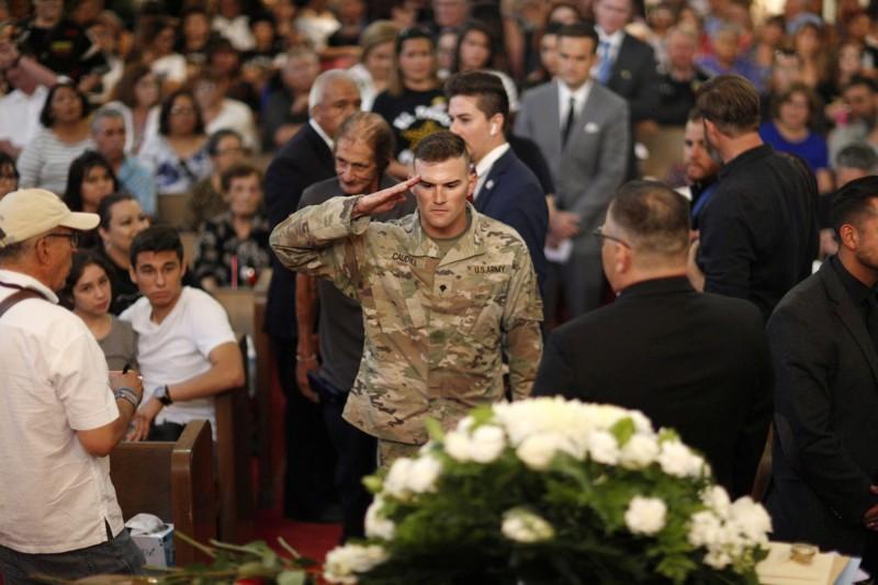 美國軍人穿著制服到場致意,表示哀悼。(路透)