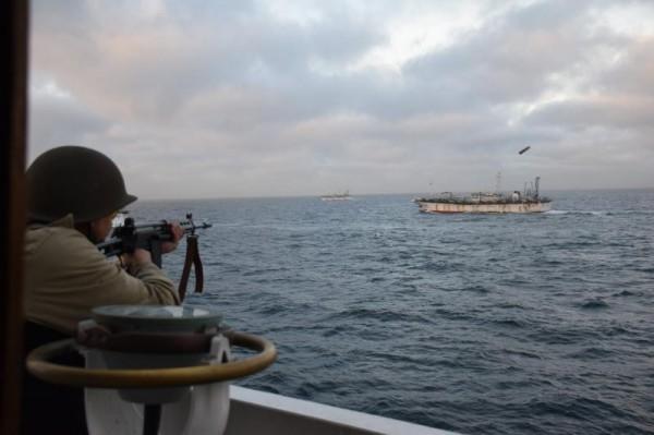 1名阿根廷士兵朝非法捕捞的中国渔船开火。(美联社)