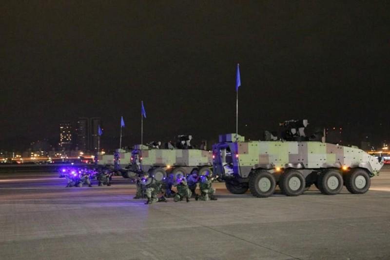 粉專也發布多張憲兵持步槍在甲車周圍警戒的照片。(圖擷取自臉書_憲兵指揮部發言人)