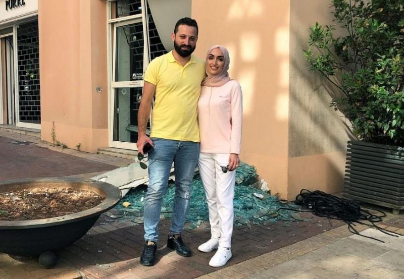 塞布拉尼(Israa Seblani)和丈夫受訪時,身後是飯店被震破的玻璃碎片。(路透)