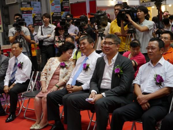 連勝文(右二)出席台北夏季旅展開幕活動。(記者盧姮倩攝)