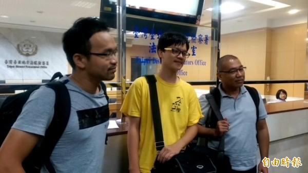 自由時報記者廖振輝(右起)、獨立記者林雨佑及苦勞網記者宋小海皆無保請回,限制住居。(記者謝君臨攝)