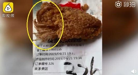 一名媽媽在中國北京一間麥當勞外帶炸雞回家,小孩吃到長毛炸雞開始乾嘔,讓她相當氣憤。(圖擷自微博)