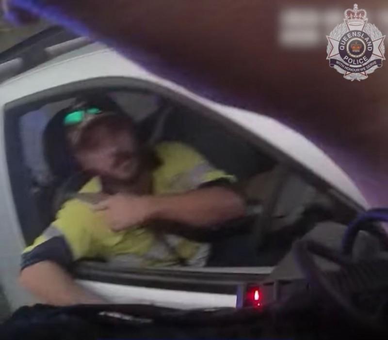 吉米被攔停後驚魂未定地表示,他剛在車上與劇毒的擬眼鏡蛇結束一場生死之鬥。(擷取自QLD警局臉書)
