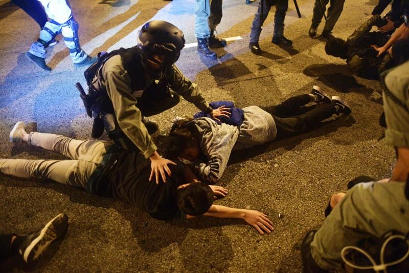 港警圍攻香港理工大學,一名東京農業大學的大學生路過現場時,竟被港警不由分說地當場逮捕,經由日方交涉後迅速釋放。圖為港警拘捕理大示威學生,非新聞當事人。(法新社)
