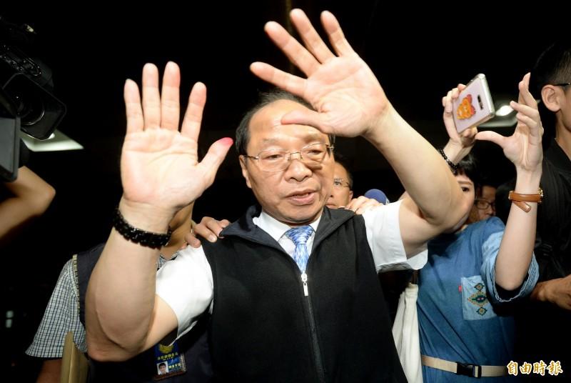 喬盟國際顧問負責人王權宏晚間移送北檢複訊,他被控販售變造的菲律賓護照,讓台灣學生可以就讀美國學校,但移送台北地檢署複訊時一路喊冤,自稱是被陷害。(記者林正堃攝)